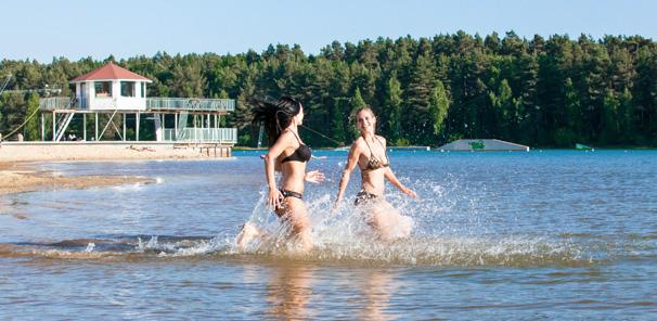 Zwei Mädchen rennen ins Wasser