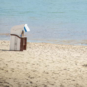 Ein Strandkorb direkt am Wasser