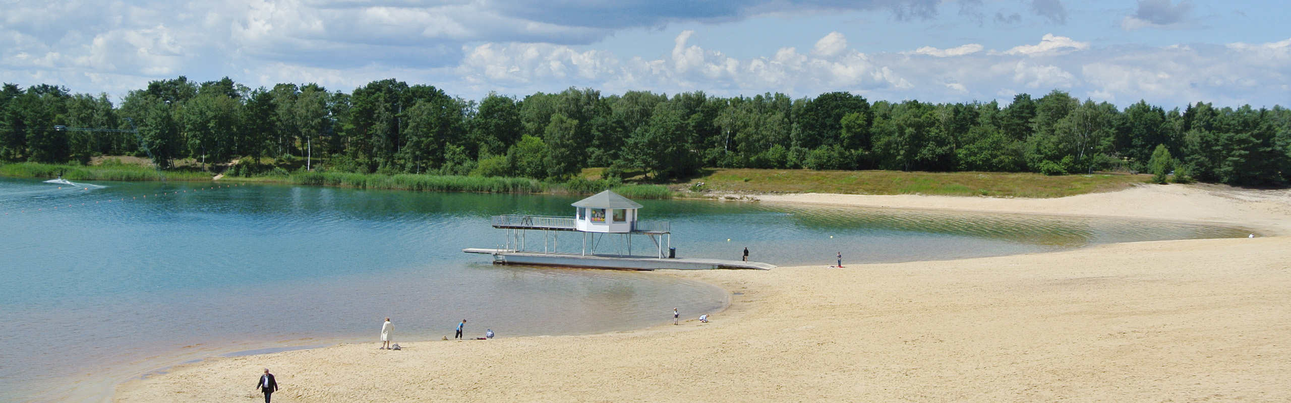Der weitläufige Strand vom Bernsteinsee